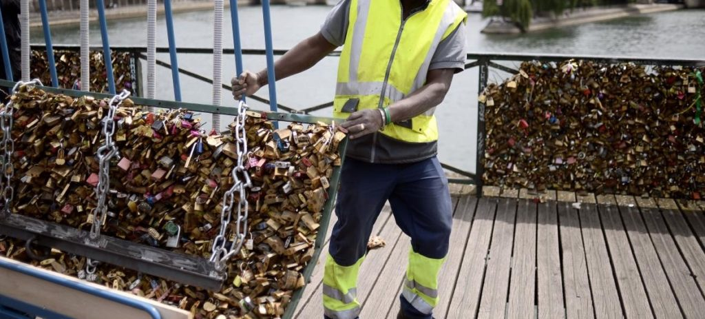 Moving the locks from Pont des Arts Bridge Paris. www.gypsyat60.com